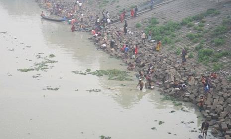 নওগাঁর ছোট যমুনা নদীতে সুগার মিলের বিষাক্ত বর্জে পরিবেশ বিপন্ন