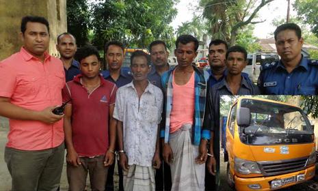 নন্দীগ্রামে চার ডাকাতকে গণধোলাই : পিকআপ আটক