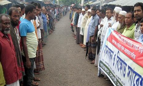 কলাপাড়ায় রাস্তা মেরামতের দাবিতে মানববন্ধন