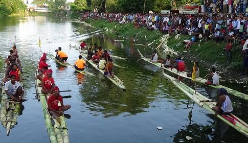 রাজবাড়ীতে ব্যাতিক্রমী ভেলা বাইচ