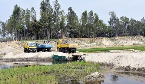 টাঙ্গাইলের এলেংজানী নদীতে বাঁধ দিয়ে বালু উত্তোলন