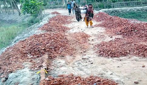 নবীগঞ্জে রাস্তার নির্মাণ কাজ বন্ধ করে দিয়েছেন এলাকাবাসী