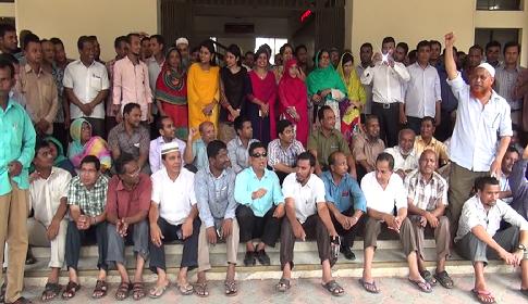 দিনাজপুর জেলা প্রশাসক কার্যালয়ের কর্মচারীরা অনির্দিষ্টকালের কর্মবিরতিতে