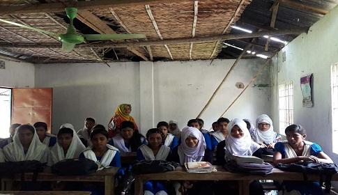 লোহাগড়া মাধ্যমিক বালিকা বিদ্যালয়ে জরাজীর্ণ ঘরে ক্লাস, মেঘ করলেই ছুটি