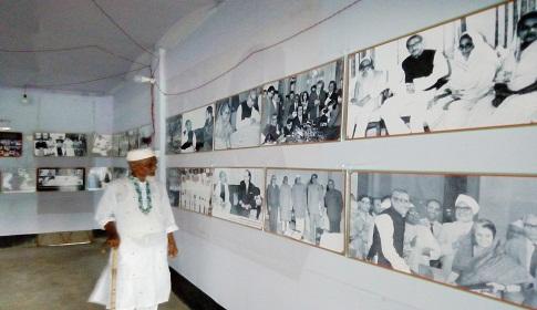 ব্যাক্তি উদ্যোগে কেন্দুয়ায় এই প্রথম বঙ্গবন্ধু ফটোগ্যালারী প্রদর্শন