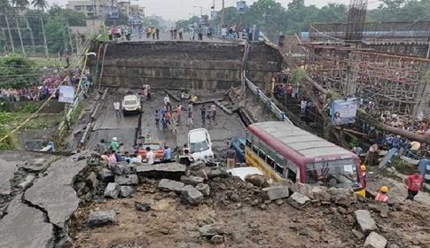 কলকাতায় উড়াল সেতু ধস : বহু হতাহতের আশঙ্কা