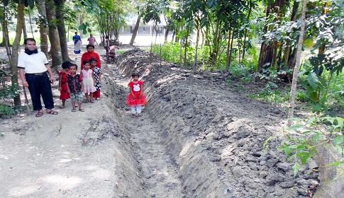 বিদ্যালয়ের শিক্ষার্থীদের যাতায়াতের একমাত্র পথ নালা কেটে বন্ধর উপক্রম