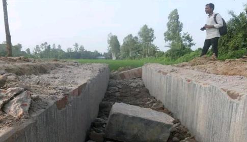 তাড়াশে নির্মাণ কাজ শেষ না হতেই ধসে পড়ল কালভাট