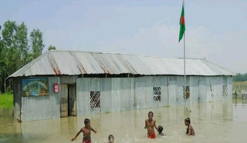 সিরাজগঞ্জে জলমগ্ন বিদ্যালয় মাঠ, বিপাকে শিক্ষার্থীরা