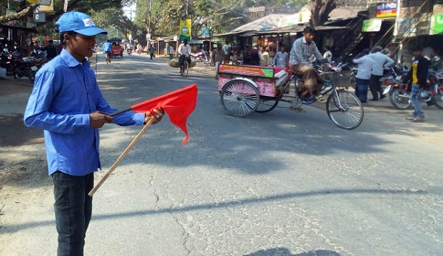 ধামইরহাটে দুর্ঘটনা এড়াতে ট্রাফিক পুলিশের ভূমিকায় আদিবাসী যুবক সুনিল