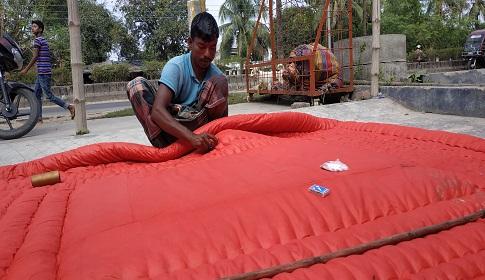 চুয়াডাঙ্গায় শীতের শুরুতে লেপ তৈরিতে ব্যাস্তধুনুরিরা
