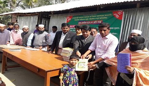 নোয়াখালীতে ৪০ দিন পর সরকারি নতুন বই পেল প্রাক-প্রাথমিক শিক্ষার্থীরা