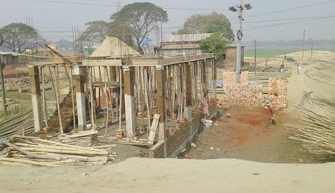 মদনে সরকারি জায়াগায় দখল করে অবৈধ স্থাপনা নির্মাণ