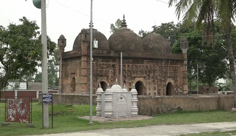 নয়াবাদ মসজিদে বাড়ছে দর্শনার্থীদের ভীড়