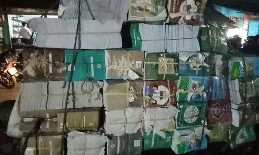 শ্যামনগরের মাধ্যমিক স্তরের সরকারি বই বিক্রির সময় পিকআপসহ আটক