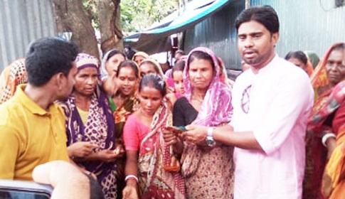 গাইবান্ধায় বানভাসীদের পাশে সাংবাদিক করিম সরকার