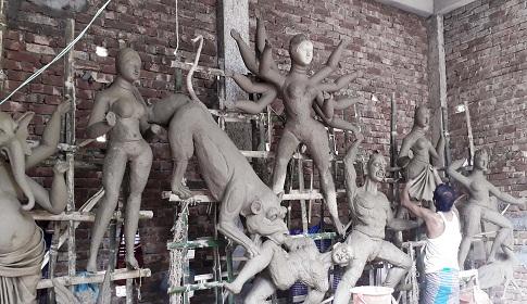 দূর্গা পূজা উপলক্ষে নড়াইলে মৃৎশিল্পীদের ব্যস্ততা
