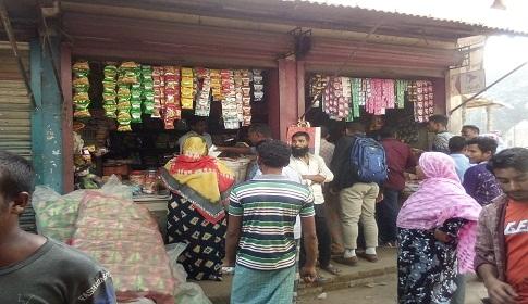 দাম বৃদ্বির খবরে রাণীশংকৈলে লবণ নিয়ে কাড়াকাড়ি