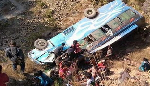 নেপালে বাস খাদে পড়ে ১৪ জনের মৃত্যু