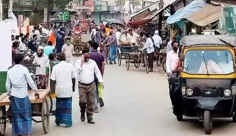আগৈলঝাড়ায় সরকারী নির্দেশ অমান্য করে হাট বসায় পুলিশের ছত্রভঙ্গ