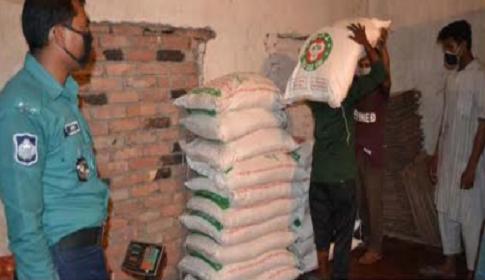 টিসিবির খাদ্যপণ্য বিক্রি না করে মজুদ : মালামাল জব্দ,পালিয়েছে ডিলার