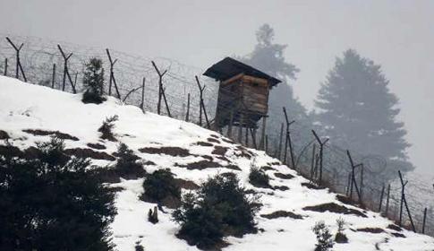 কাশ্মীরে যুদ্ধের রব: গ্যাস মজুতের নির্দেশ, ঘাঁটি হচ্ছে ১৬ স্কুলে