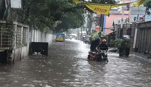 রংপুর মহনগরের বিভিন্ন পাড়া মহল্লায় হাঁটু পানি