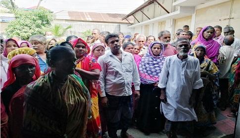 টাঙ্গাইলে কাজের দাবিতে বিড়ি শ্রমিকদের অবস্থান কর্মসূচি