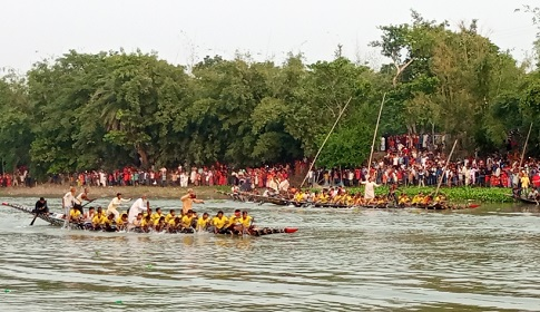 সালথার ইমাম বাড়িতে ঐতিহ্যবাহী নৌকা বাইচ অনুষ্ঠিত