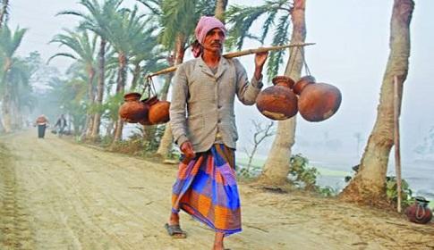 কনকনে শীতে খেজুর রস ও সুস্বাদু পিঠা গ্রামবাংলার চাষির প্রধান উৎসব