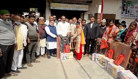 আগৈলঝাড়ায় ১৫ দুস্থ নারীকে এমপি হাসানাতের সেলাই মেশিন প্রদান