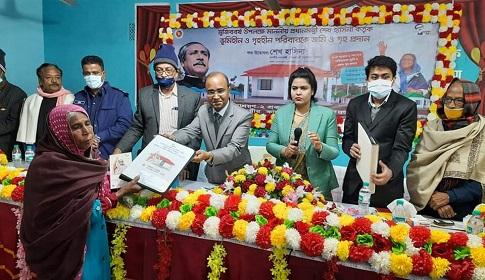 কটিয়াদীতে নতুন ঘর পেল ৩৫ টি ভূমিহীন ও গৃহহীন পরিবার