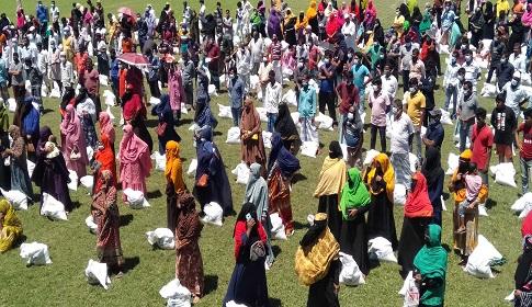 মাদারীপুরে ৩৩৩-তে কল করে প্রধানমন্ত্রীর খাদ্য সহায়তা পেলো ৬০০ পরিবার