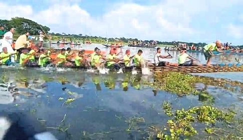 বোয়ালমারীতে ঐতিহ্যবাহী নৌকা বাইচ অনুষ্ঠিত