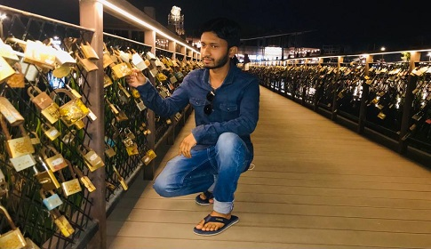 ব্রীজে ঝুলছে কয়েক হাজার 'ভালোবাসার তালা'