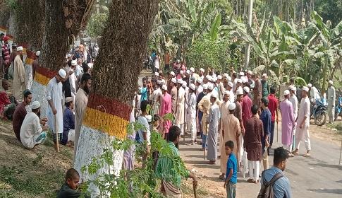 মৌলভীবাজার শহরের বাইরে রাস্তা অবরোধ করে হেফাজত কর্মীদের হরতাল পালন