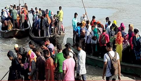 মোংলা নদীতে স্বাস্থ্যবিধি না মেনে দিনভর পারাপার