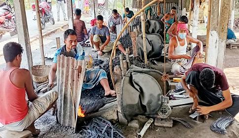 হোসেনপুরে বোরো কাটার কাস্তে তৈরির ধুম