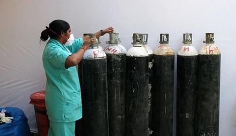 ভারতে অক্সিজেনের জন্য হাহাকার, শিল্পকারখানায় ব্যবহারে নিষেধাজ্ঞা