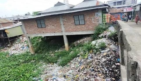 সোনাইমুড়ীতে খাল দখল করে ইউপি সদস্যের দোকান নির্মাণ